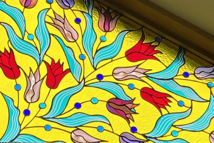 黄色い背景にチューリップ