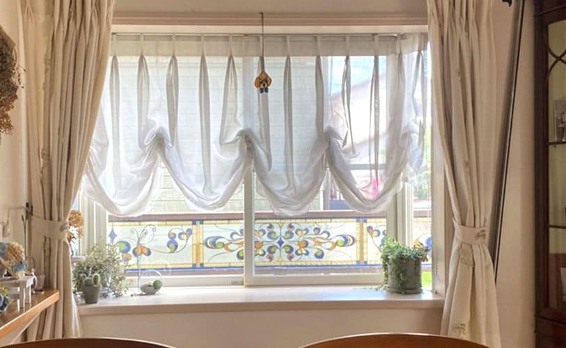 窓からのステンドグラス正面